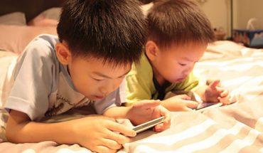 Trẻ xem điện thoại nhiều
